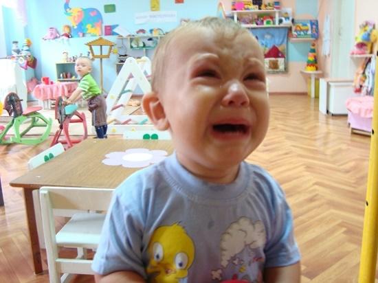 Ребенок в яслях плачет
